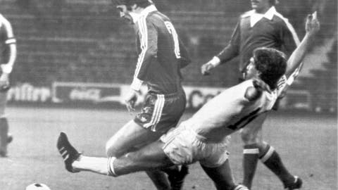 <p>               -FILE- In this August 17, 1976, file image, Anderlecht player Rob Rensenbrink, right, stretches to push the ball away during the Super Cup soccer match between FC Bayern Munich and RSC Anderlecht, in Munich, Germany. Behind Rensenbrink are FC Bayern players Rainer Kuenkel and Udo Horsmann. Rensenbrink, the forward who was centimeters away from delivering the Netherlands a World Cup title in 1978 has died at age 72, the Dutch football association said Saturday, Jan. 25, 2020. (AP Photo/D. Hampe, File)             </p>