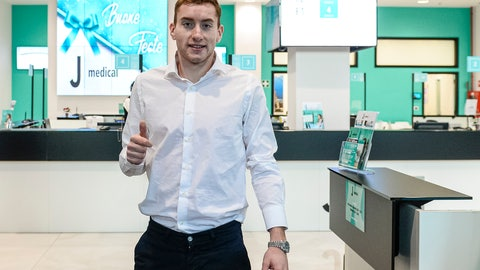 <p>               Dejan Kulusevski gives the thumb-up sign as he arrives for medical checks in Turin, Italy, Thursday, Jan. 2, 2020. The Swedish national is signing for Juventus. (Nicolò Campo/LaPresse via AP)             </p>