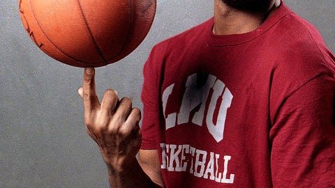 <p>               FILE - In this file photo taken Feb. 15, 1990, Loyola Marymount basketball player Hank Gathers pose before practice at the university's gym in Los Angeles. Loyola Marymount plans to unveil a statue of Hank Gathers this month to mark the 30th anniversary of the school's run to the Elite Eight after his fatal collapse on the court.. (AP Photo/Douglas C. Pizac, File)             </p>
