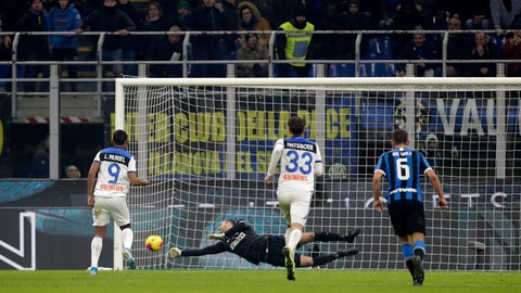 <p>               Inter Milan's goalkeeper Samir Handanovic makes a save in front of Atalanta's Luis Muriel, left, from the penalty spot during the Serie A soccer match between Inter Milan and Atalanta at the San Siro stadium in Milan, Italy, Saturday, Jan. 11, 2020. (AP Photo/Luca Bruno)             </p>