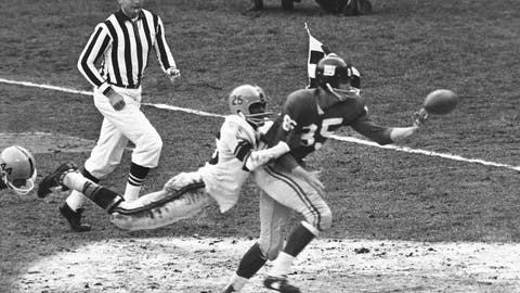 <p>               FILE - In this November 1961 file photo, New York Giants' Del Shofner (85) is unable to catch a pass from Y.A. Tittle as Pittsburgh Steelers' Brady Keys (26) defends during an NFL football game in New York. Shofner, the wide receiver who combined with Hall of Fame quarterback Tittle to give the Giants one of the NFL's most prolific passing threats in the early 1960s, has died. He was 85. Shofner's daughter, Laurie Shofner Corwin, confirmed the death Thursday, March 12, 2020, in a telephone call to The Associated Press. A family statement said the five-time Pro Bowl receiver died in Los Angeles on Wednesday of natural causes with his family by his side. (AP Photo, File)             </p>