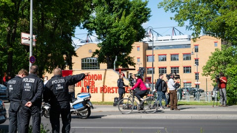 <p>               Policemen are standing outside the stadium at the old forest ranger station in Berlin, Germany, Sunday, May 17, 2020, ahead of the German Bundesliga soccer match between Union Berlin and Bayern Munich. (Christophe Gateau/dpa via AP)             </p>