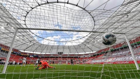 <p>               Mainz's goalkeeper Florian Mueller receives the opening goal by Leverkusen's Kevin Volland during the German Bundesliga soccer match between Bayer 04 Leverkusen and FSV Mainz 05 in Leverkusen, Germany, Saturday, June 27, 2020. Because of the coronavirus outbreak all soccer matches of the German Bundesliga take place without spectators. (AP Photo/Martin Meissner, Pool)             </p>