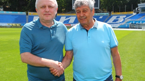 <p>               Dynamo Kyiv president Igor Surkis, left, shakes hands with newly appointed Romanian head coach Mircea Lucescu at Dynamo stadium in Kyiv, Ukraine, Thursday, July 23, 2020.  Dynamo Kyiv soccer club and Mircea Lucescu have signed a two-year contract Thursday. (AP photo/Andrey Lukatsky)             </p>