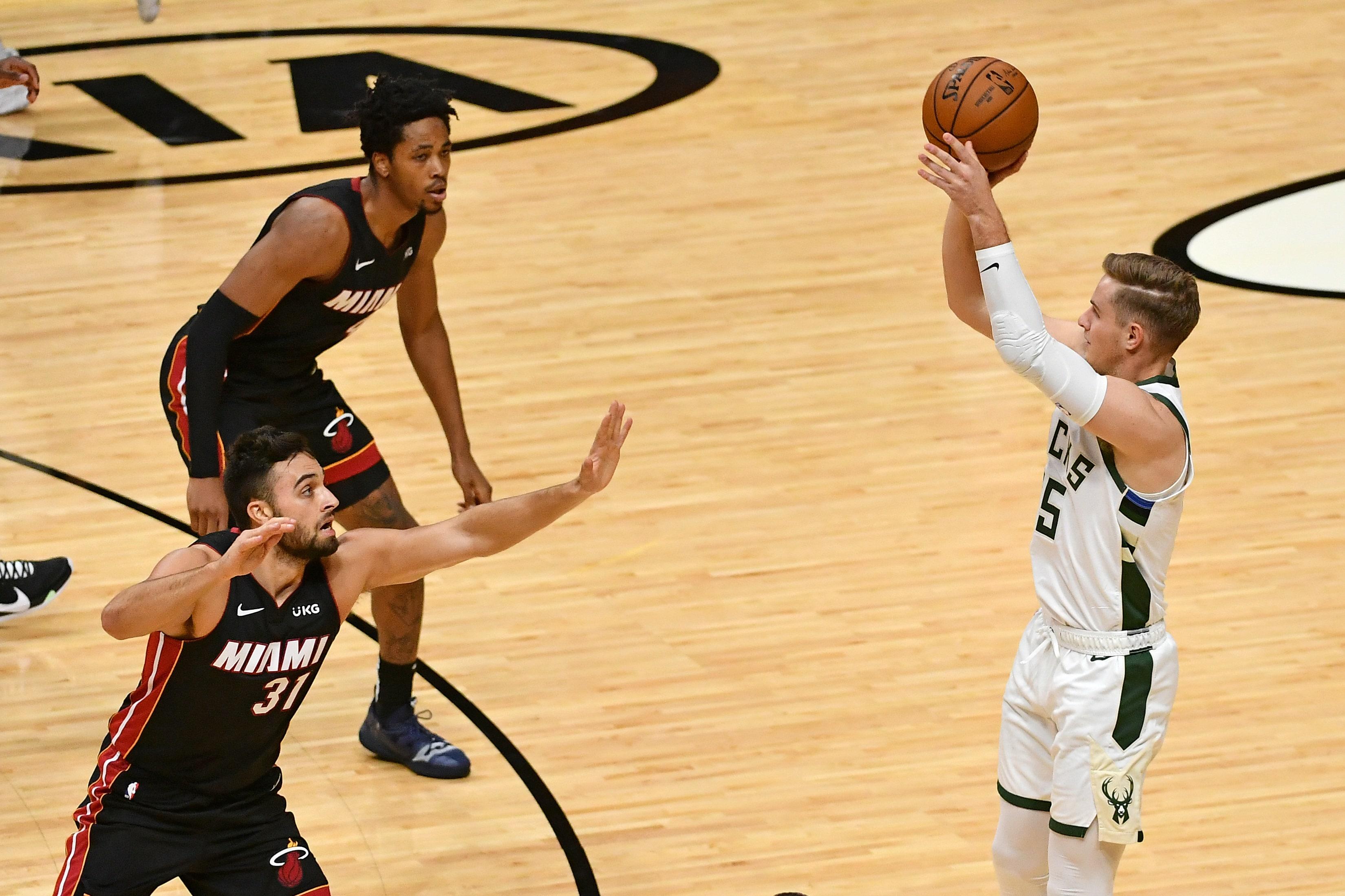 Bucks set NBA record with 29 3-pointers, trounce Heat 144-97 | FOX Sports