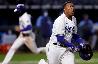 Salvador Perez helps Royals come from behind to walk off vs. Rays, 9-8 thumbnail