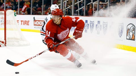 Fourth line sets tone for Wings in victory over Blackhawks