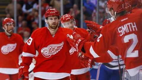 Helm's two goals lift Wings to 3-2 comeback win over Canadiens