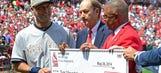Jeter receives Stan Musial cufflinks from Cardinals