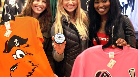 Bishara, Chyna & Sage checked out some Ads gear before the puck dropped at Friday's game.