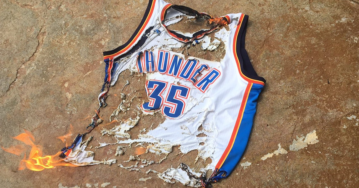 Thunder fans burn Kevin Durants jersey when they find out hes leaving for  Warriors  FOX Sports