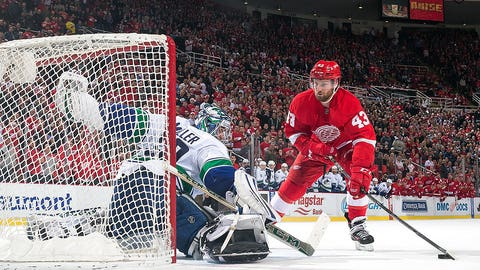 Miller helps Canucks clip Red Wings