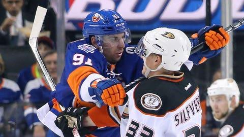Islanders' Tavares gets upper hand versus Ducks
