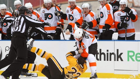 2010: Carcillo floors Thornton in first fight at Winter Classic