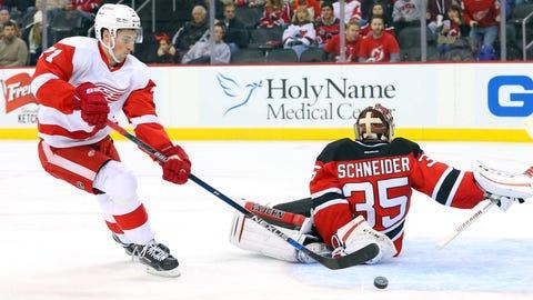 Red Wings' rookie Larkin schools Devils veteran Schneider