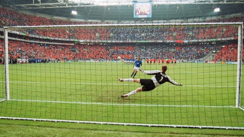 Totti scores a 'cucchiaio' against The Netherlands