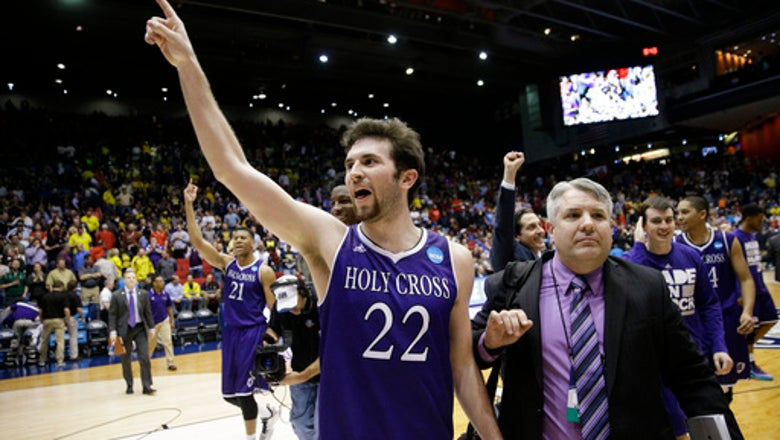 Holy Cross gets 1st win in NCAAs since 1953, will face 1-seed Oregon