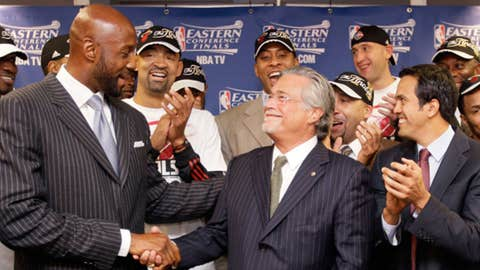 Alonzo Mourning & Micky Arison (AP Photo/Nam Y. Huh)