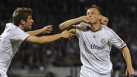 Olic's hat trick sends Bayern into final