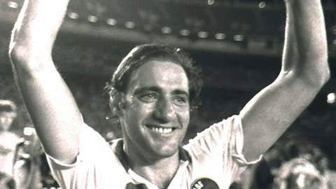 New York Cosmos' Giorgio Chinaglia raises his arms
