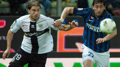 Diego Milito & Gabriel Paletta (AP Photo/Luigi Vasini)