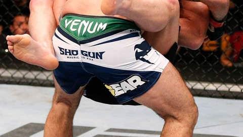 Chael Sonnen locks in a fight-ending guillotine choke