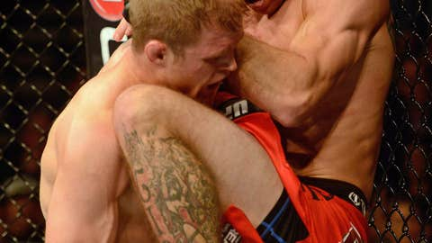 Donald Cerrone (R) knees Evan Dunham