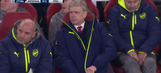 Arsene Wenger couldn't figure out his coat zipper … again