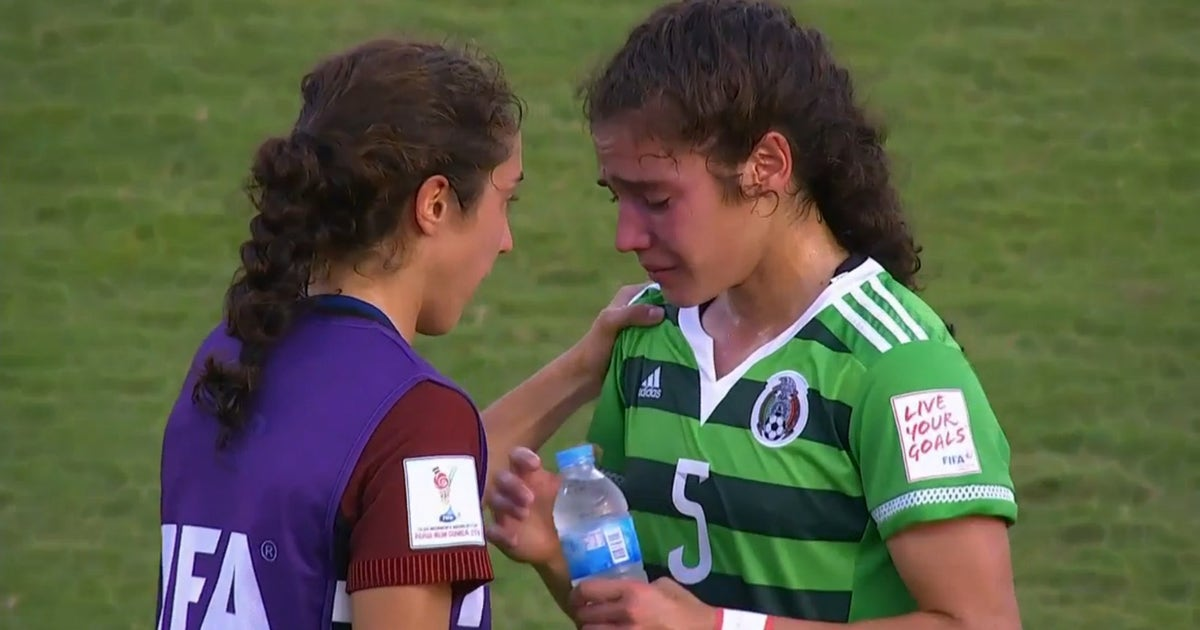USA player consoles sobbing twin sister after beating her ...
